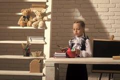 Ausbildung und zurück zu Schulekonzept Kind im Klassenzimmer auf weißem Ziegelsteinhintergrund Schulmädchen mit ernsten Gesichtsg Lizenzfreie Stockbilder