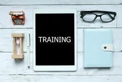Ausbildungsförderung, die Ausbildung durch digitales on-line-Konzept lernt Draufsicht der Sanduhr, -notizbuches, -stiftes, -gläse stockbilder