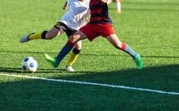 Ausbildungsfußball des Fußballs für Kinder Jungenläufe tritt Getröpfelfußbälle Junge Fußballspieler tröpfeln und treten Fußballba stockbilder
