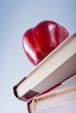 Ausbildungskonzept mit Apfel und Büchern Lizenzfreies Stockfoto