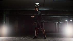 Ausbildungstricks eines jungen Fußballmannes mit dem Ball Balancieren des Balls auf der Rückseite stock video footage