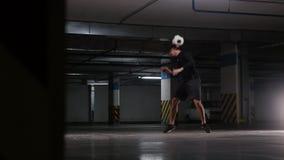 Ausbildungstricks eines jungen Fußballmannes mit dem Ball Balancieren des Balls auf dem Hals stock footage