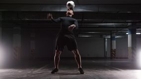 Ausbildungstricks eines jungen Fußballmannes mit dem Ball Den Ball auf dem Finger und auf der Stirn spinnen stock video footage