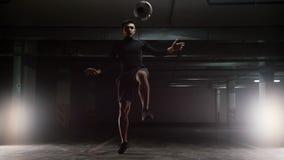 Ausbildungstricks eines jungen Fußballmannes mit dem Ball Springen über den Ball stock footage