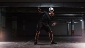 Ausbildungstricks eines jungen Fu?ballmannes mit dem Ball Rollen des Balls vom Hals zum Kasten stock video