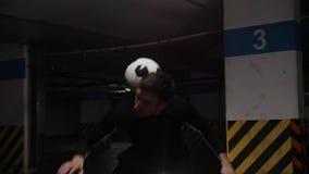 Ausbildungstricks eines jungen Fu?ballmannes mit dem Ball Rollen des Balls von den Schultern zum Hals stock video footage
