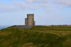 Ausblick-Turm auf den Klippen von Moher stockbilder