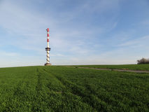 Ausblick und Freileitungsmast in Bilov, Tschechische Republik Stockbild