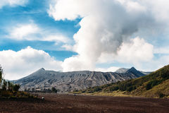 Ausbrechen von Berg Bromo-Vulkan, Nationalpark Bromo Tengger Semeru, Java, Indonesien lizenzfreie stockfotos