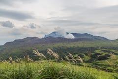 Ausbrechen von der Aso-Vulkanansicht von der natürlichen Spur in Kumamoto, Japan stockbild