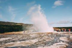 Ausbrechender Geysir, goldener Kreis nahe Reykjavik in Island Lizenzfreies Stockfoto