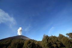 Ausbrechender Vulkan lizenzfreies stockbild