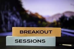 Ausbruch-Sitzungen auf den klebrigen Anmerkungen mit bokeh Hintergrund stockfoto