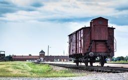 AUSCHWITZ, ΠΟΛΩΝΙΑ - 11 Ιουλίου 2017 Ιστορικό τραίνο στις ράγες στο con Στοκ Φωτογραφίες