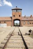 Auschwitz Birkenau huvudingång med järnvägar. Arkivbilder