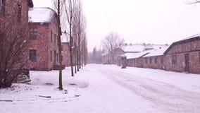 Auschwitz Birkenau, Niemiecka Nazistowska koncentracja i eksterminacja, obozuje Koszaruje w spada śniegu zdjęcia royalty free