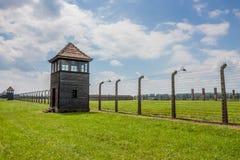 AUSCHWITZ--BIRKENAUKONCENTRATIONSLÄGER, KRAKOW, POLEN - CIRCA JUNI 2012: Omkretssikt av lägret arkivfoto