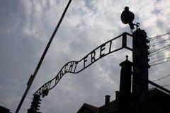 Auschwitz-Eingangstor stockbild