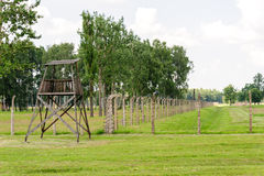 Auschwitz II - Birkenau electrificó la cerca y la torre Imagenes de archivo