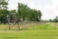Auschwitz II - Birkenau geëlektriseerde omheining en toren stock afbeeldingen