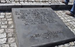 Auschwitz II - Birkenau, segno con il messaggio italiano - 6 luglio 2015 - Cracovia, Polonia Fotografia Stock Libera da Diritti