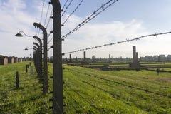 Auschwitz II - Birkenau-Uitroeiingskamp in openlucht achter een prikkeldraadomheining Stock Foto's