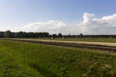 Auschwitz II - Birkenau-Uitroeiingskamp in openlucht en sporen royalty-vrije stock afbeelding