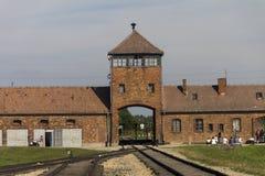 Auschwitz II - huvudsaklig ingång för Birkenau utrotningläger Arkivfoton