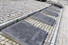Auschwitz II - placas internacionales del monumento de Birkenau Fotografía de archivo