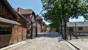 Auschwitz-Konzentrations-Tor, Zeichen ARBEIT MACHT FREI Sonniger Tag auf dem am 7. Juli 2015 - Krakau, Polen Lizenzfreie Stockbilder