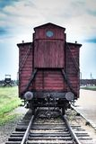 AUSCHWITZ, POLÔNIA - 11 de julho de 2017 Trem histórico nos trilhos no co Imagem de Stock Royalty Free