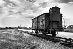 AUSCHWITZ, POLÔNIA - 11 de julho de 2017 Trem histórico nos trilhos no engodo Imagens de Stock Royalty Free
