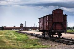AUSCHWITZ, POLÔNIA - 11 de julho de 2017 Trem histórico nos trilhos no engodo Imagens de Stock