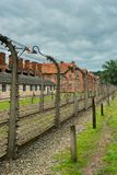 Auschwitz, Polen - 12. August 2017: Todeslinie im Konzentrationslagerdraht mit Hochspannung Lizenzfreie Stockbilder