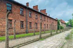 Auschwitz Polen - Augusti 12, 2017: försett med en hulling - tråd- och tegelstenbarra Arkivfoton