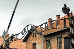 Auschwitz Polen - Augusti 12, 2017: ingång till koncentrationsläger av Auschwitz Arkivfoton