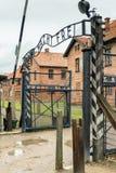 Auschwitz Polen - Augusti 12, 2017: ingång till koncentrationsläger av Auschwitz Royaltyfri Bild