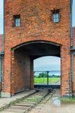 Auschwitz Polen - Augusti 12, 2017: portar och järnväg som skriver in den Auschwitz Birkenau koncentrationsläger Royaltyfri Foto