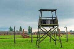 Auschwitz Polen - Augusti 12, 2017: torn för soldatkoncentrationsläger Auschwitz Birkenau Arkivfoton