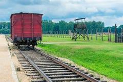 Auschwitz Polen - Augusti 12, 2017: vagn på stänger i den Auschwitz Birkenau koncentrationsläger Royaltyfria Foton
