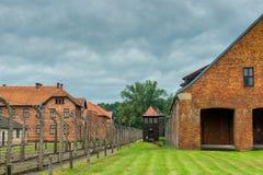 Auschwitz, Polen - Augustus 12, 2017: het grondgebied van het Auschwitz-concentratiekamp, door prikkeldraad wordt omringd dat stock foto