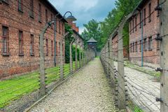Auschwitz, Polen - Augustus 12, 2017: omheining met prikkeldraad unde stock afbeeldingen