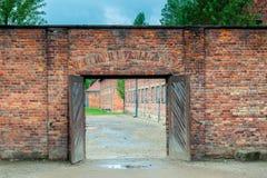 Auschwitz, Polen - Augustus 12, 2017: poort aan het Auschwitz-concentratiekamp, bakstenen muren stock fotografie