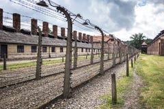 AUSCHWITZ, POLEN - 11. Juli 2017 Kasernen und Stacheldraht in a Stockfotos