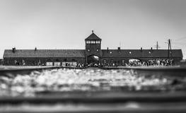 AUSCHWITZ POLEN - Juli 11, 2017 Stångingång till koncentration Arkivbilder