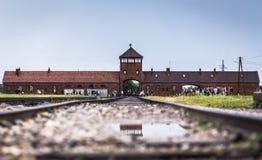 AUSCHWITZ POLEN - Juli 11, 2017 Stångingång till koncentration Arkivfoto