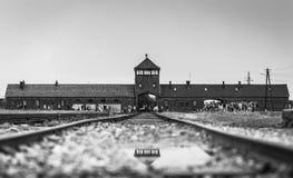 AUSCHWITZ POLEN - Juli 11, 2017 Stångingång till koncentration Royaltyfri Bild