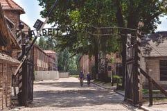 Auschwitz Polen - Juni 20, 2012: Inskrift ovanför maingaten av den Auschwitz koncentrationsläger i Polen royaltyfria foton