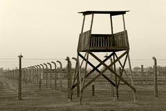 AUSCHWITZ, POLEN, 12 OKTOBER, 2013: Watchtower en omheining bij concentratiekamp in Auschwitz Birkenau KZ, zwart wit stock foto
