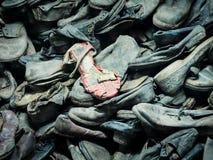 AUSCHWITZ POLEN - SEPTEMBER 2, 2017 Skor av Auschwitz fångar till koncentrationsläger, Auschwitz, Polen Royaltyfria Bilder